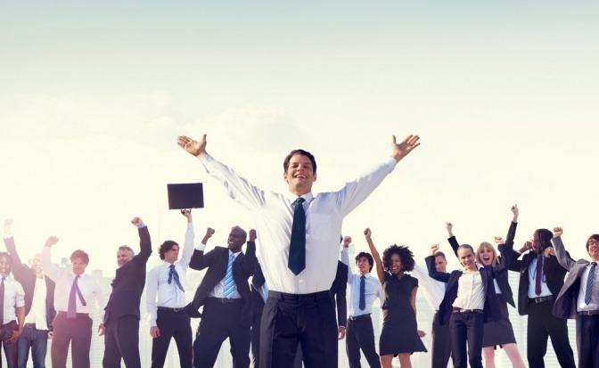 Erfolgreiche Menschen strecken die Arme in die Höhe und wirken erfüllt
