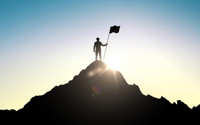 Umrisse einer Person auf einem Gipfel