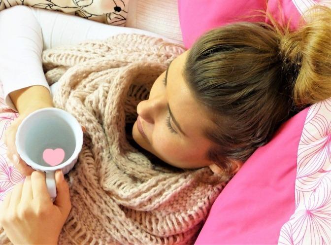 Frau mit Erkältung auf dem Sofa