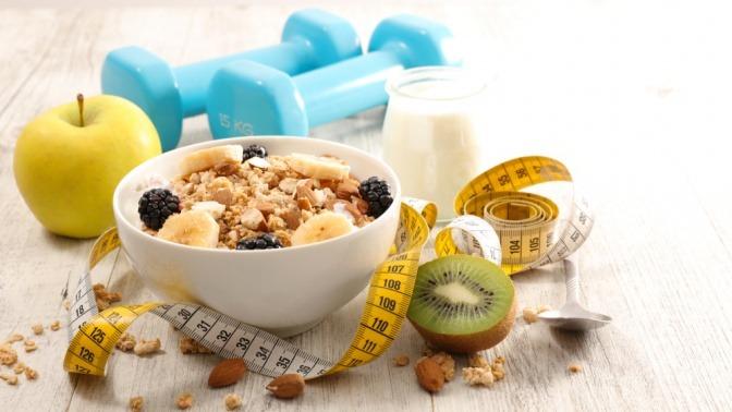 Gesundes Müsli mit Maßband und Gewichten im Hintergrund.