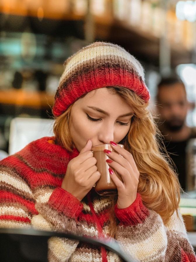 Eine Frau trinkt aus einer Tasse