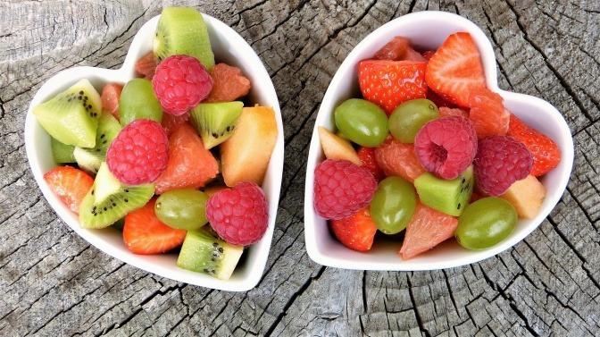 zwei herzförmige Schälchen mit geschnittenem Obst