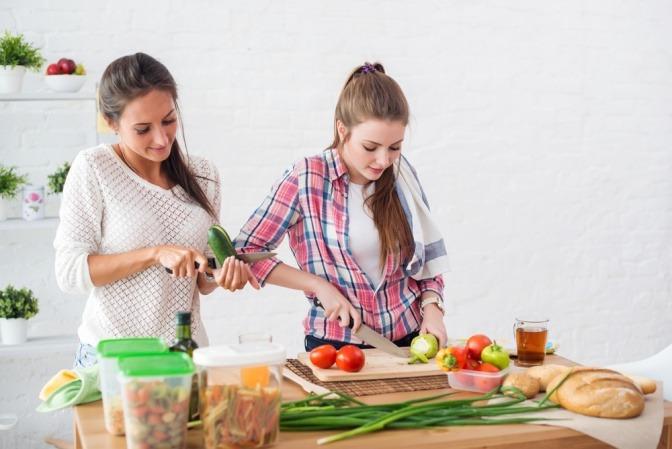 Zwei Frauen kochen gesunde Ernährung