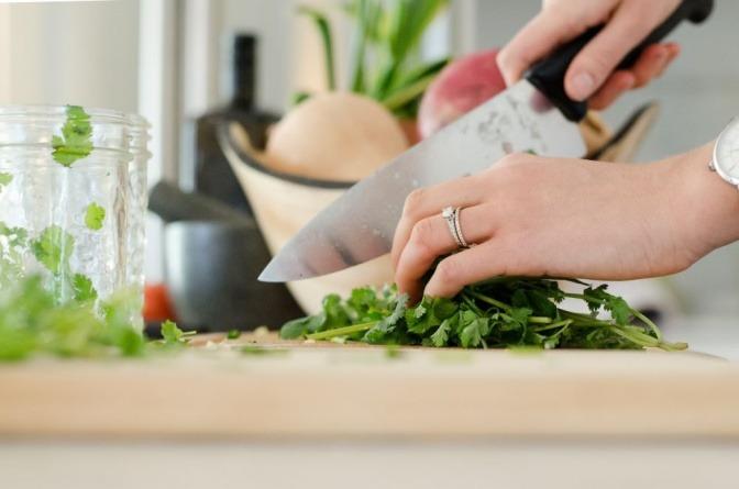 Eine Frau kocht mit frischen Zutaten Ernährung für Kinder