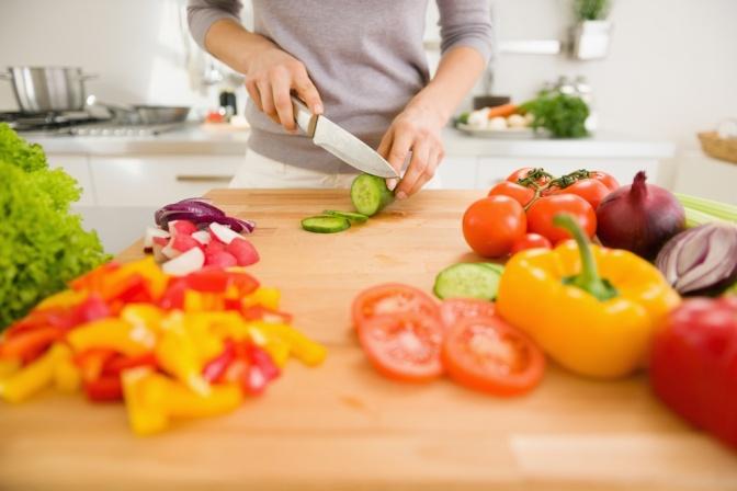 Eine Frau kocht einen der Ernährungstrends