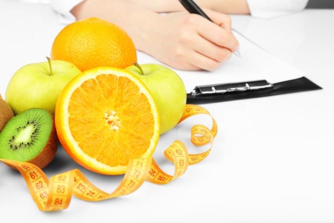 Ein Ernährungsplan wird geschrieben, im Vordergrund Obst