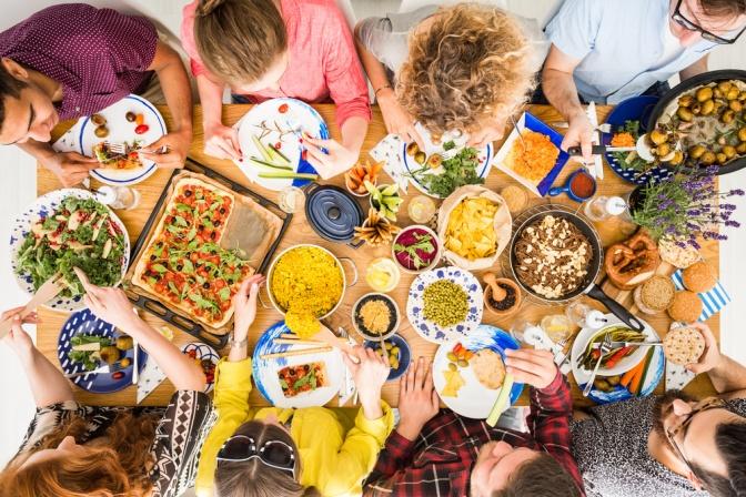 Freunde sitzen beim Pizzaessen