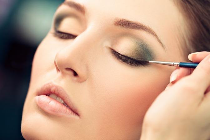 Eine Frau trägt einen Eyeliner auf