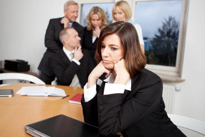 Eine Businessfrau und ihr Team im Büro