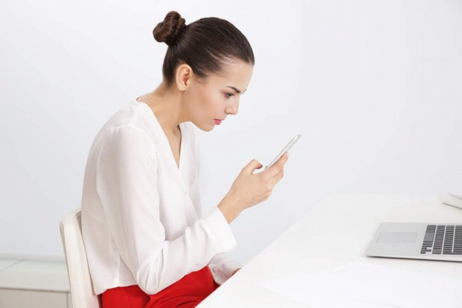 Frau vor Smartphone.