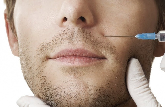Auch Männer wagen langsam den Schritt zum Schönheitschirurgen.