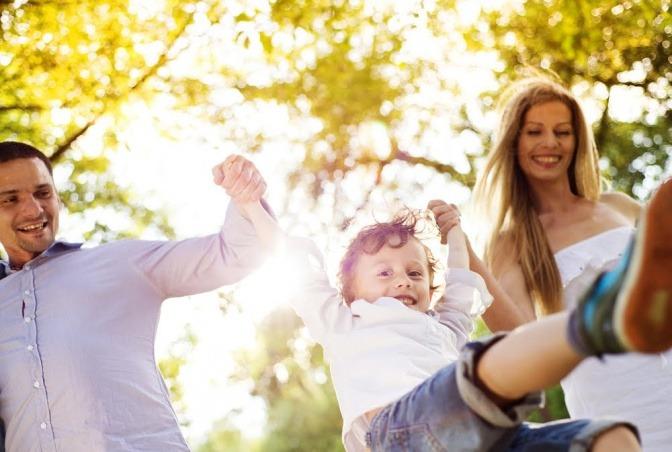 Mann und Frau spielen mit ihrem Kind