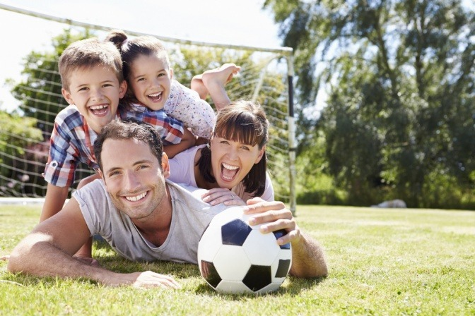 Eine Familie beim Sport im Garten.