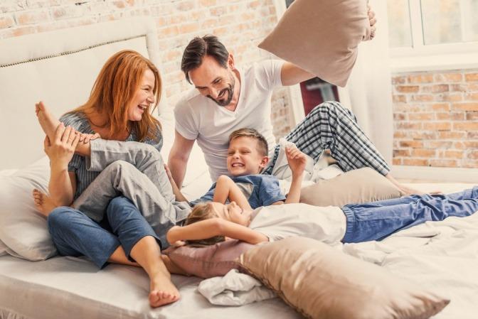 Eine Familie hat Spaß zusammen