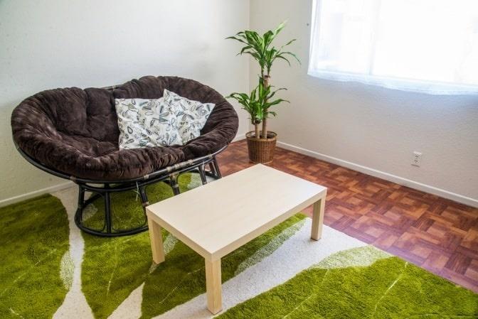 Ein Wohnraum wurde mit farbigen Akzenten harmonisch gestaltet