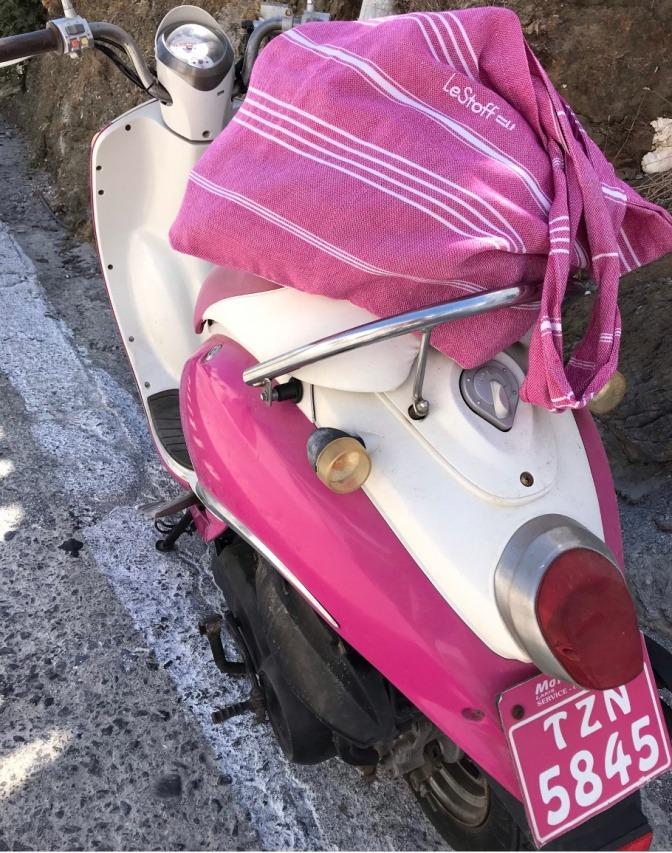 Farbige Tasche im Trend auf Roller
