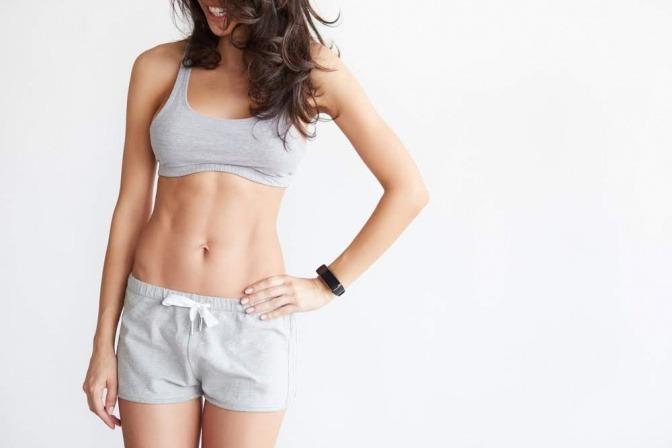 Frau mit Bauchmuskeln und schöner Figur