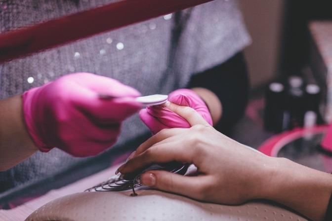Eine Frau ist dabei, ihre Fingernägel zu feilen
