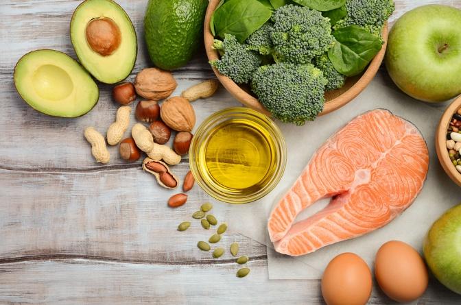 Fisch liegt neben Öl und Omega 3 reichen Lebensmittel