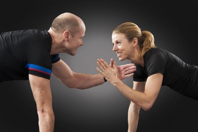Zwei Menschen, die Fitnesstraining machen, scheinen Erfolg zu haben