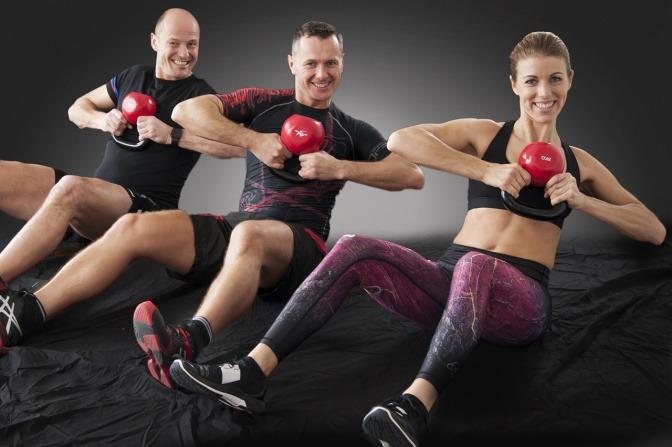 Kunden trainieren in einem Fitnessstudio