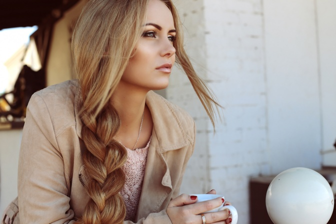 Eine Frau trägt eine Flechtfrisur für Sommer 2017