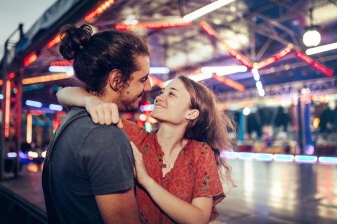 Ein Mädchen schaut einem jungen Mann tief in die Augen