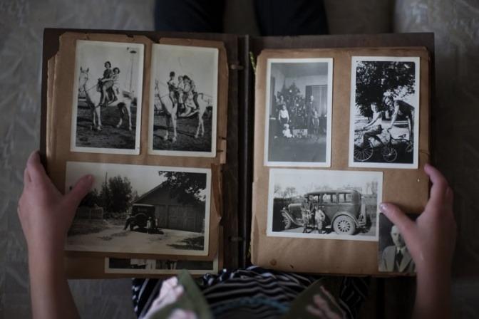 In einem Foto-Album befinden sich weiß-schwarze Fotos