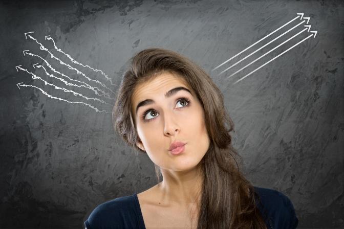 Eine Frau scheint auf ihre Intuition zu hören