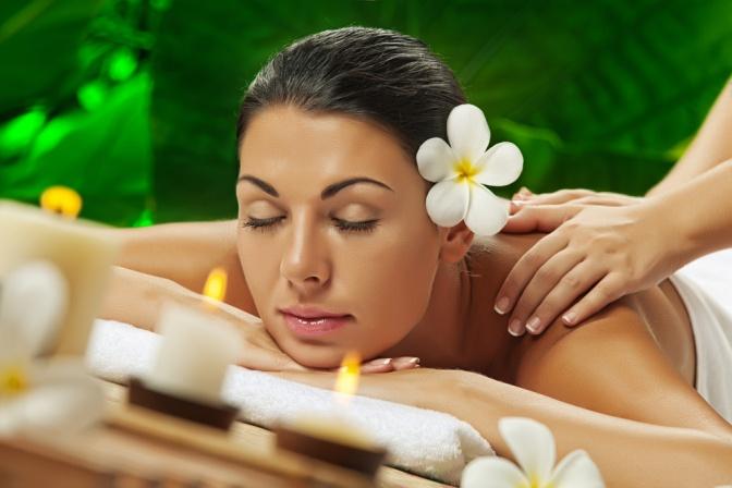 Eine Frau liegt bei einer Ayurveda Massage