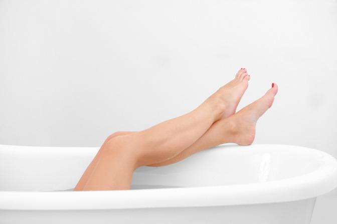 Eine Frau sitzt in der Badewanne