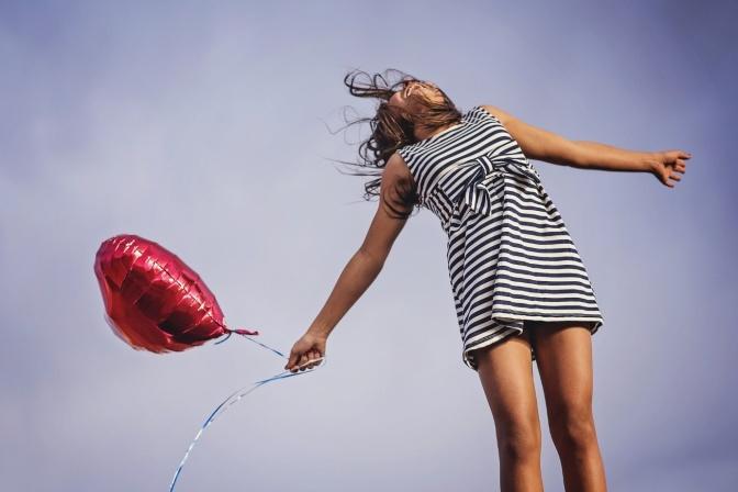 Eine Frau hält einen Balloon