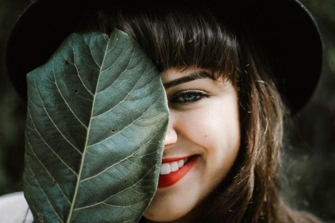 Eine Frau hat dank Make up einen natürlich frischen Teint