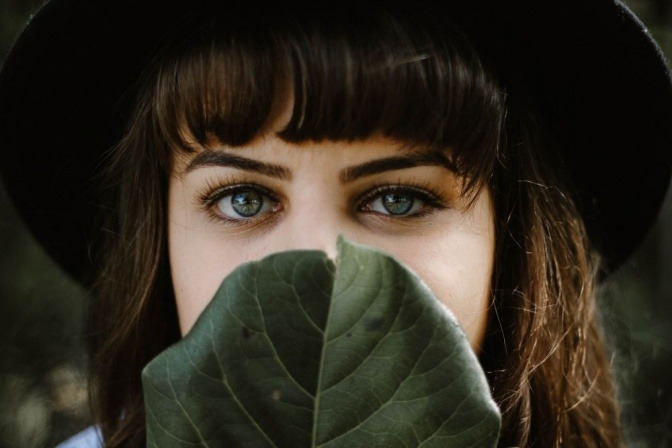 Eine Frau hat ihre dunklen Augenringe mit Make-up kaschiert