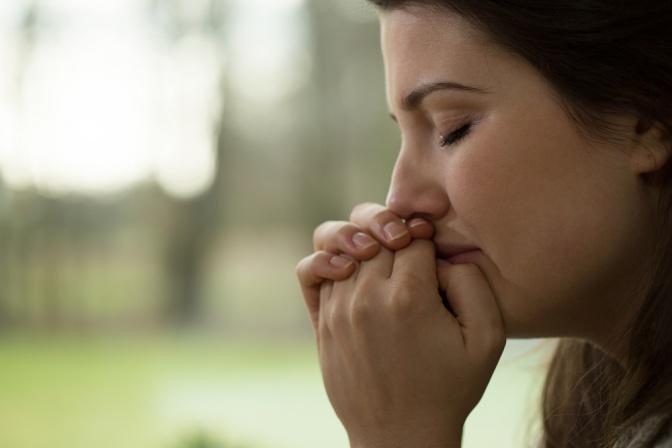 Eine Frau macht einen depressiven Eindruck