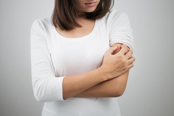 Eine Frau hat empfindliche Haut, Rötungen eingeschlossen