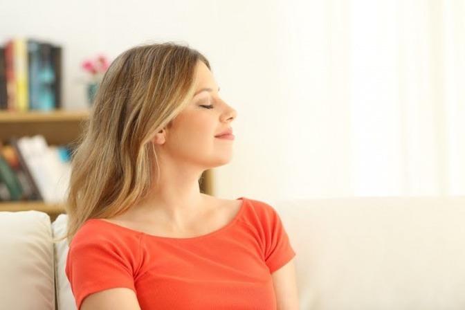 Eine Frau hält die Augen geschlossen und entspannt sich dabei
