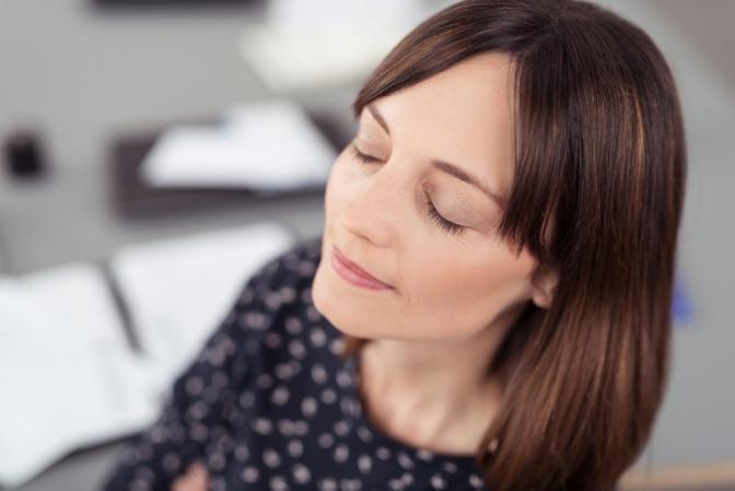 Eine entspannte Frau mit geschlossenen Augen