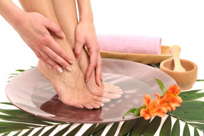 Eine Frau nimmt ein wärmendes Fußbad