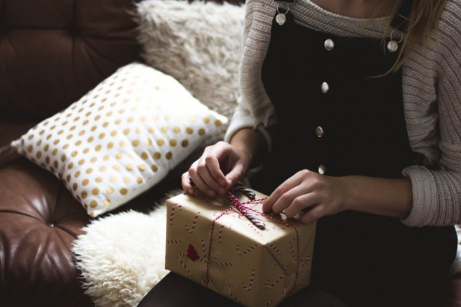 Eine Frau packt ein Geschenk aus