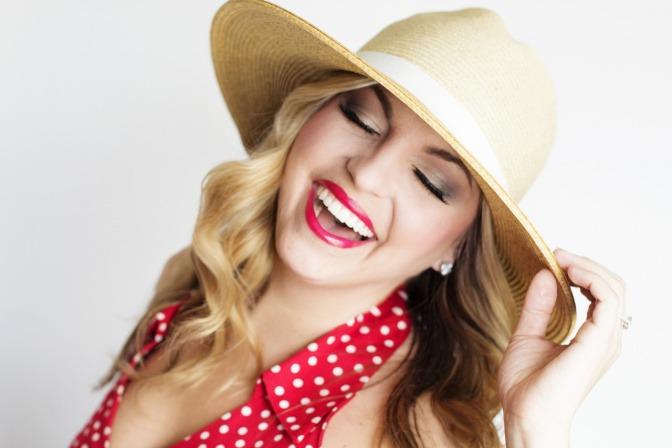 Eine Frau trägt Make-up im Sommer und einen Hut