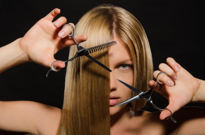 Eine Frau will sich ihre lange Haare schneiden