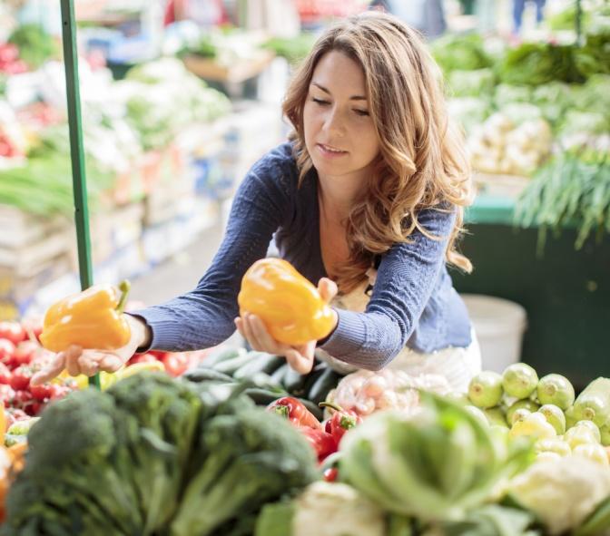 Eine Frau beim Einkaufen von Obst und Gemüse