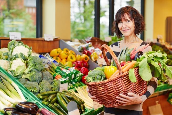 Eine Frau kauft Gemüse ein