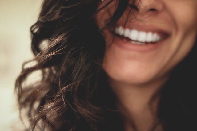 Eine Frau lacht