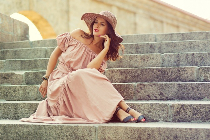 Eine Frau versteckt ihre dicken Beine unter einem langen Kleid