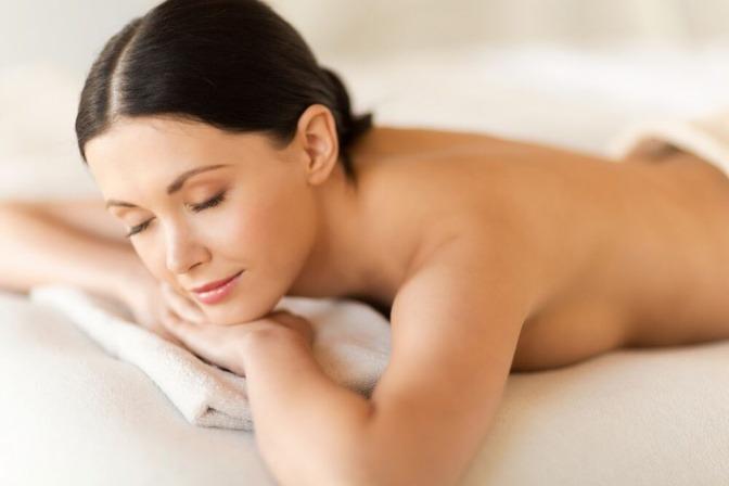 Eine Frau liegt am Bauch und entspannt sich