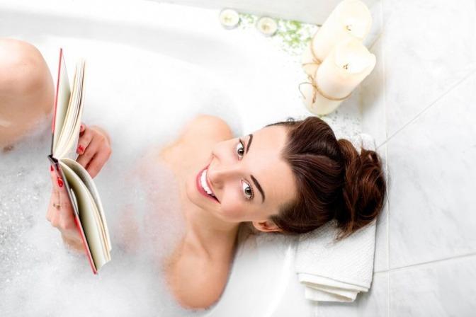 Eine Frau liest ein Buch in der Badewanne