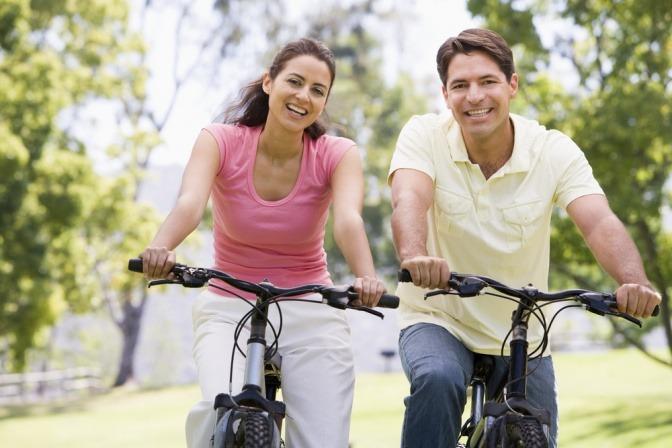 Eine Frau und ein Mann fahren mit dem Fahrrad