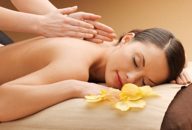 Eine Frau wird mit einer Energie Massage massiert